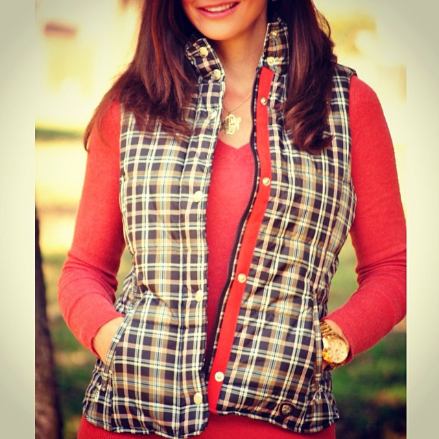 We love how blogger @alisonlumbatis of #GetYourPrettyOn styled our @ariatinternational plaid puffer vest! Click the link in our bio to see the rest of her outfit from #Cavenders. #fallfashion #vest #outerwear